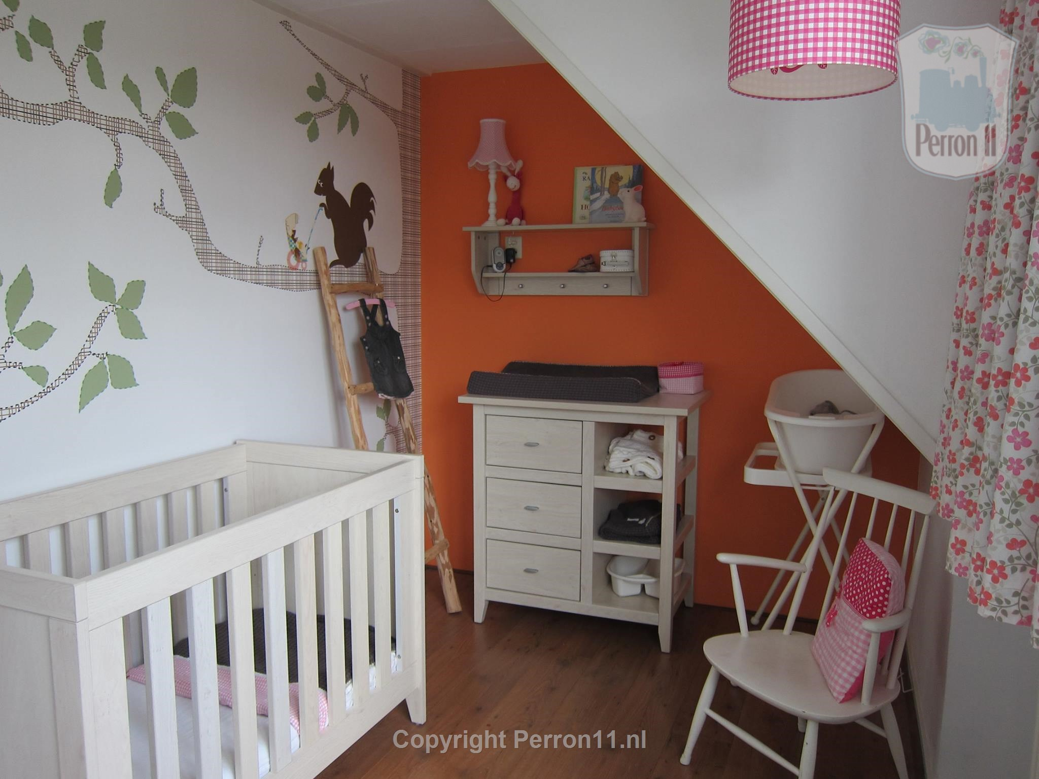 Babykamer with poster wallpaper Eekhuis of Perron 11 and recess orange